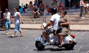 italy-vespa-blackpower-900x540